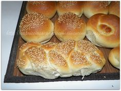 Questa sera ho voluto riprovare una ricetta che mi entusiasma sempre tantissimo, perchè è raro che questi panini non mi riescano devo aver...