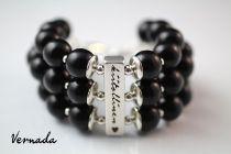 Vernada Design -puuhelmikäsikoru, musta, KIITOLLINEN (Tänään olen kiitollinen -sarjaa)   #style  #muoti #Vernada #jewelry #koru #bracelet #suomestakäsin #käsityökortteli #finnishdesign #finnishfashion