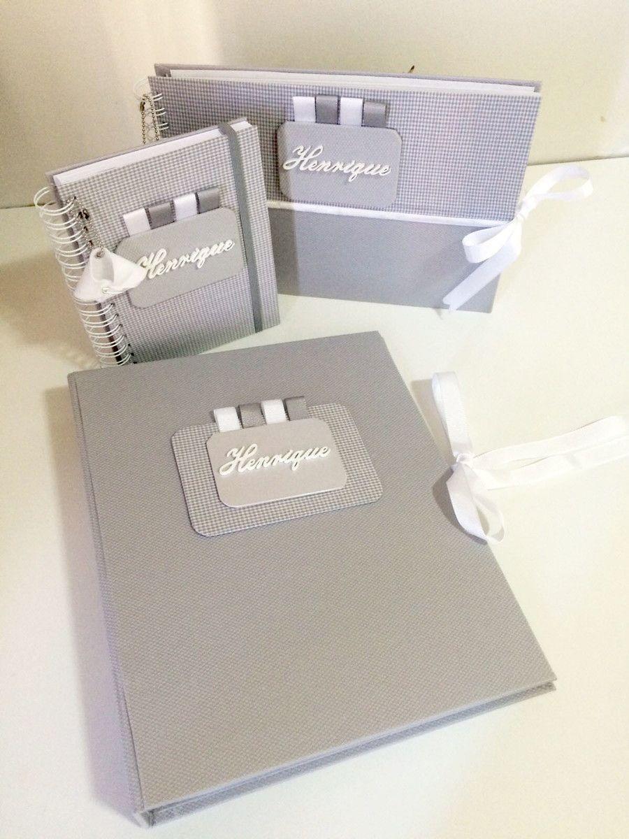 Os itens são produzidos nas cores e temas da escolha da mamãe! <br> <br>Pasta de documentos: <br> <br>- A pasta de documentos contem 20 folhas plásticas. <br> <br>Livro de Mensagens: <br>- O Livro de mensagens contém 50 páginas para mensagens; <br>- Todas as páginas são personalizadas com o nome do bebê; <br>- Folhas em papel 180g. <br> <br>Livro Álbum do bebê: <br> <br>- O livro possui 45 páginas organizadas em sessões; <br>- Folhas em papel 180g. <br> <br>OBS: Um pingente-chaveirinho é…