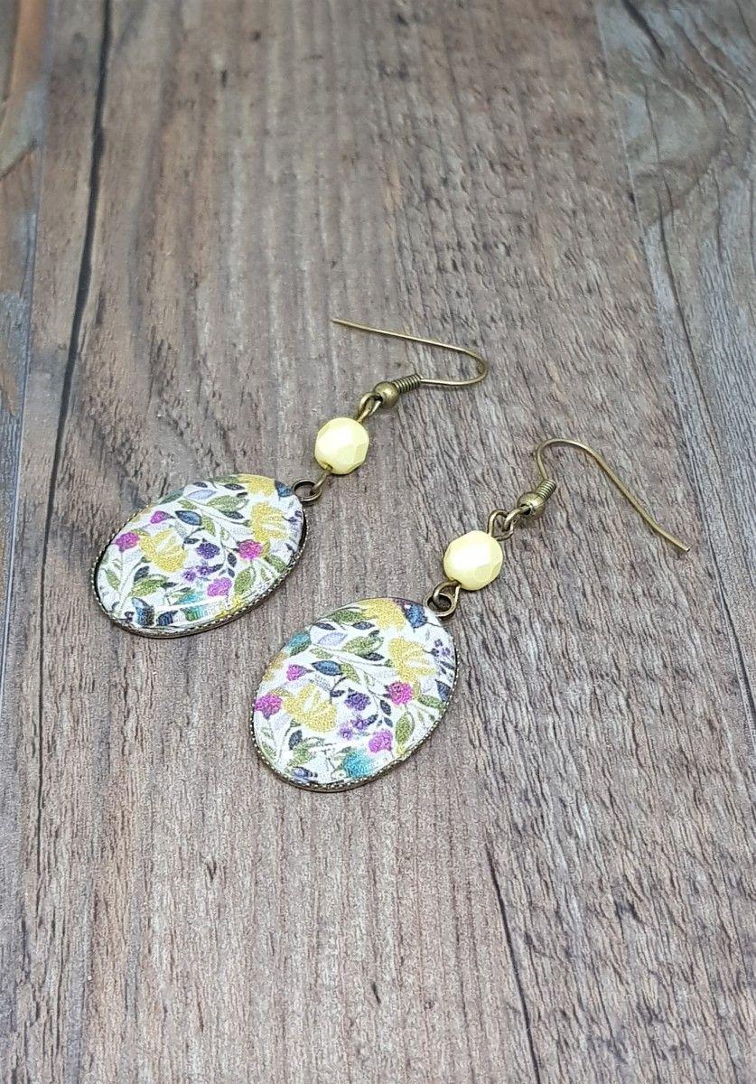 3bc1fa072113 Boucles d oreilles pendantes Cabochon • Fleurs colorées • Support bronze • Fleurs  Feuilles Vert