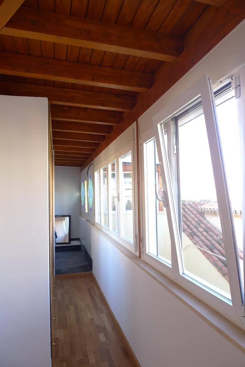 Coberti techo de madera para pasillo de vivienda con for Ventanas para techos planos argentina