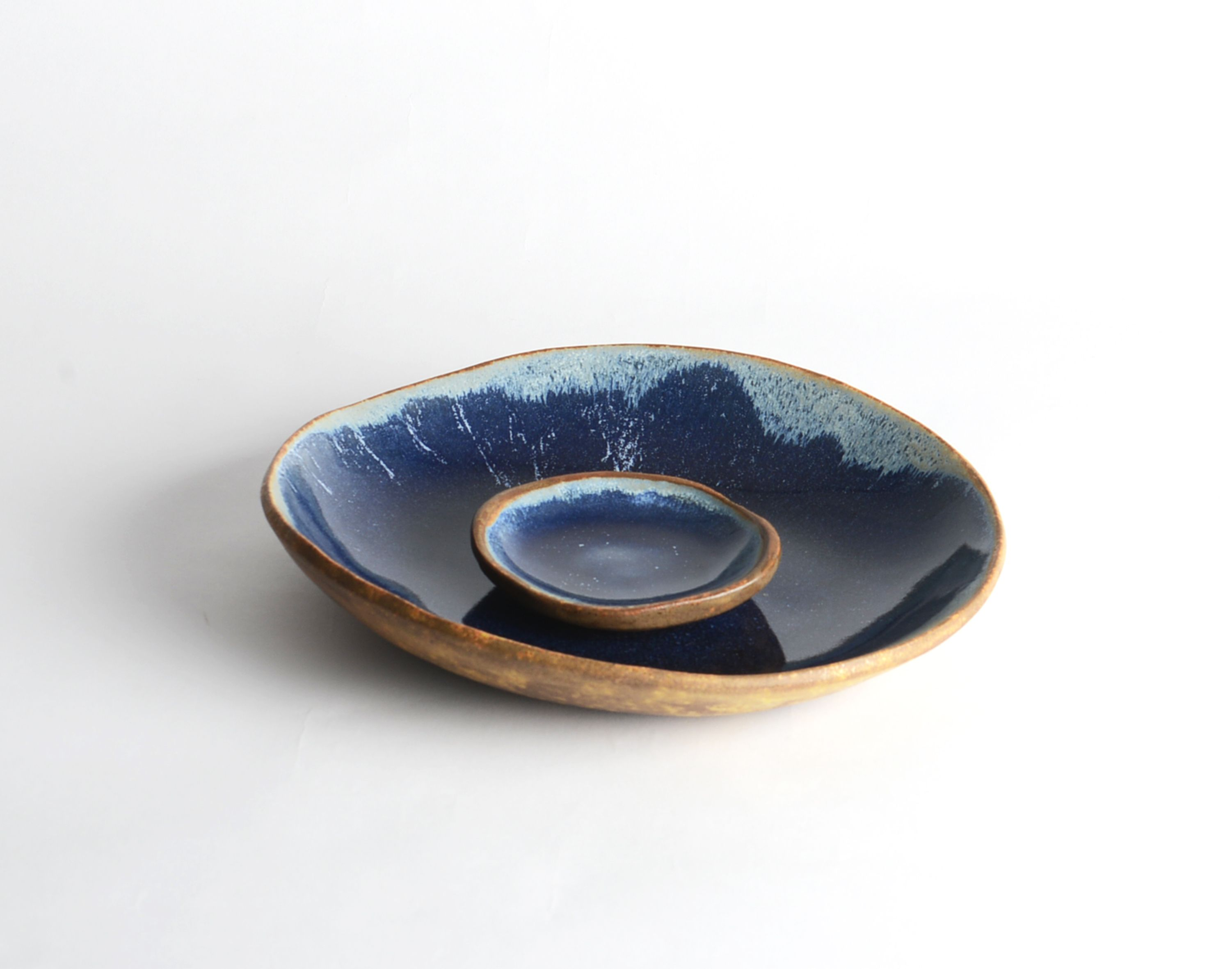 Cerâmica da Cris | Prato Pedra Azul #designbrasileiro #designbrasil #mobiliariobrasileiro #decoração #arquitetura #casa #braziliandesign #furniture #homedecor #interiordesign #decor #archtherapy #architecture #boobam #minimaldesign #decora #ceramica #handmadeporcelain #porcelana #ceramicaartesanal