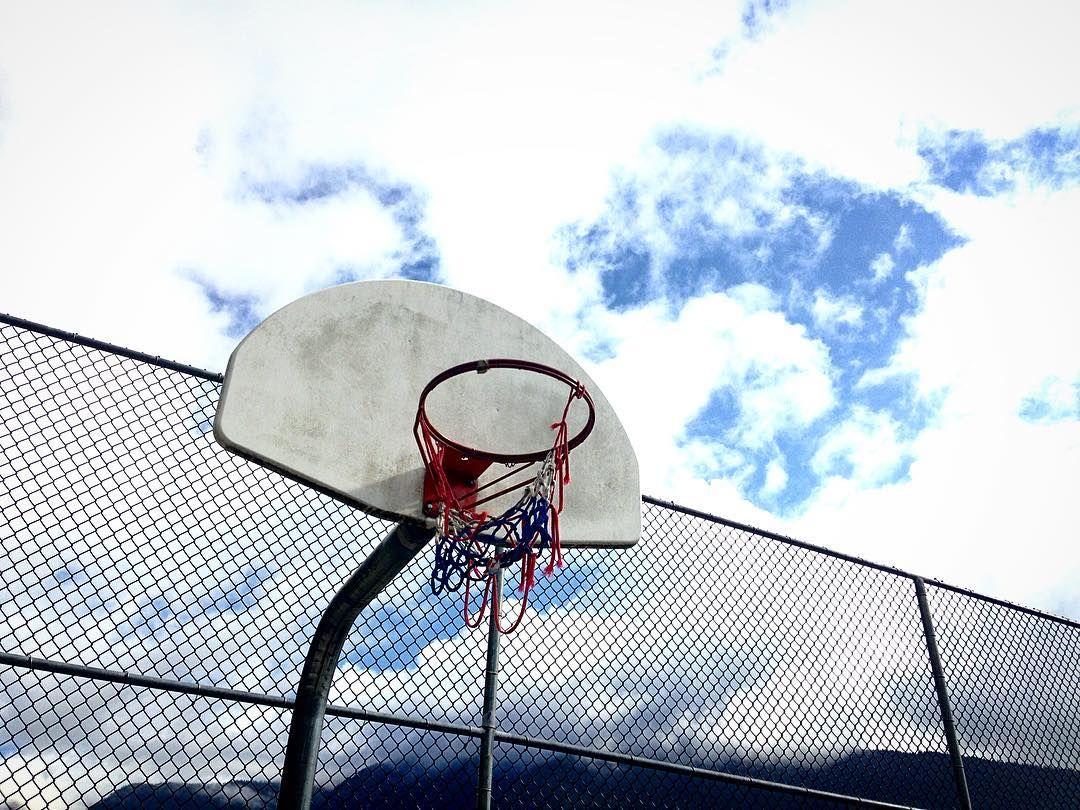#canadabasketball #h00pdreams #basketballhoop #shootinghoops #courtsoftheworld #slamhoops #ballislife #basketballgoal #hoopsoftheworld #mountains #clouds #playground #streetball by canadian_hoops