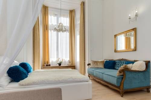 Bella DeLux Apartment Budapest Set in Budapest, Bella DeLux Apartment offers self-catering accommodation with free WiFi. The unit is 600 metres from State Opera House.  The kitchen is fitted with a microwave and a toaster and there is a private bathroom.