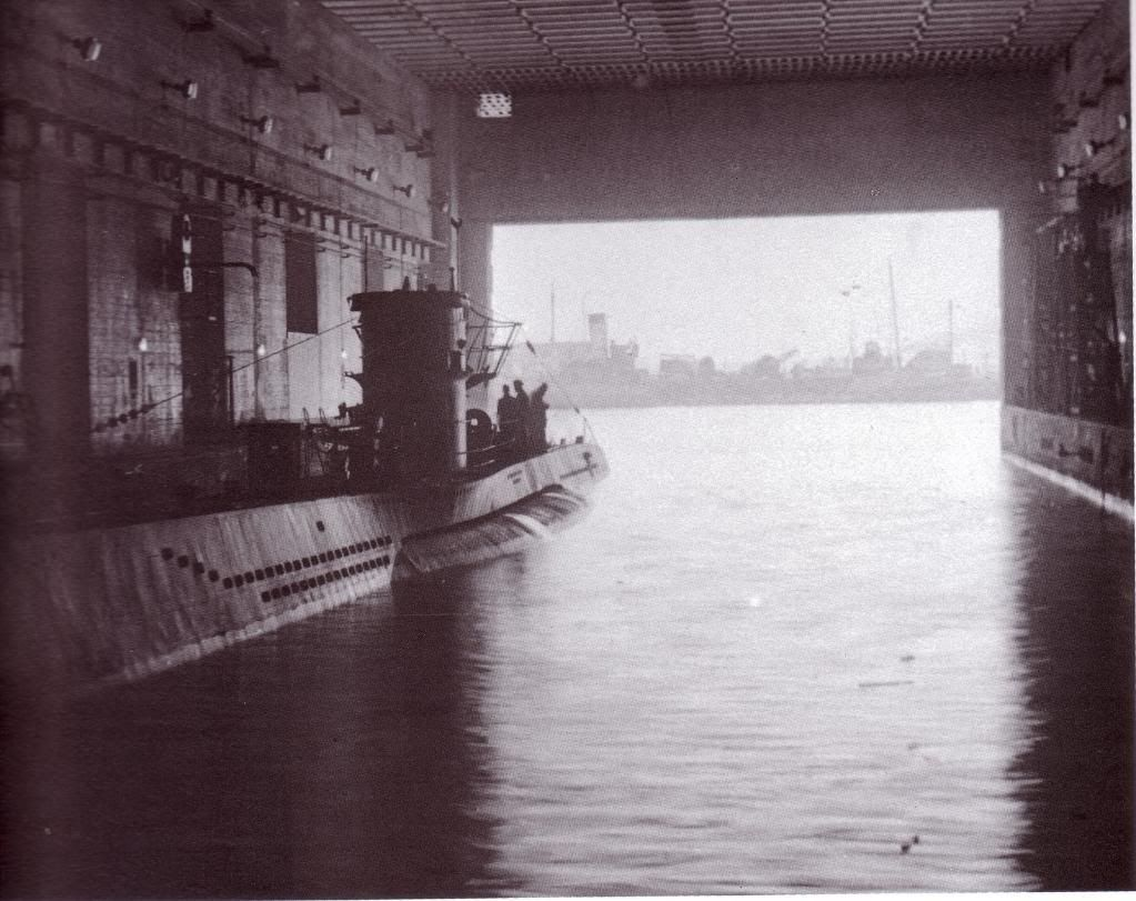 wwii german u boat inside its pen submarines. Black Bedroom Furniture Sets. Home Design Ideas