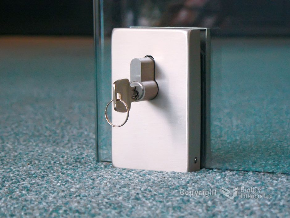 office frameless glass door locks This sliding glass door has a - wandfarbe für badezimmer