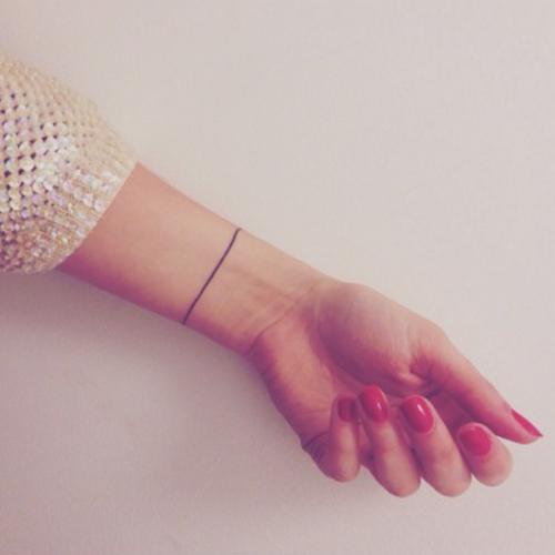 Tatouage petit bracelet trait discret poignet t a t t o o pinterest tatouages - Tatouage trait bras ...
