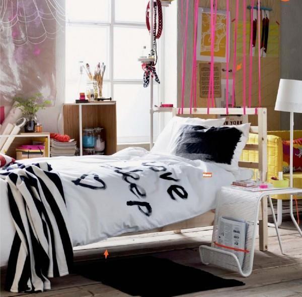 Ein Teenager Zimmer Mit Praktischen Regalen