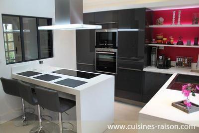 Une cuisine blanche et grise tr s lumineuse cuisines for Cuisine amenagee grise