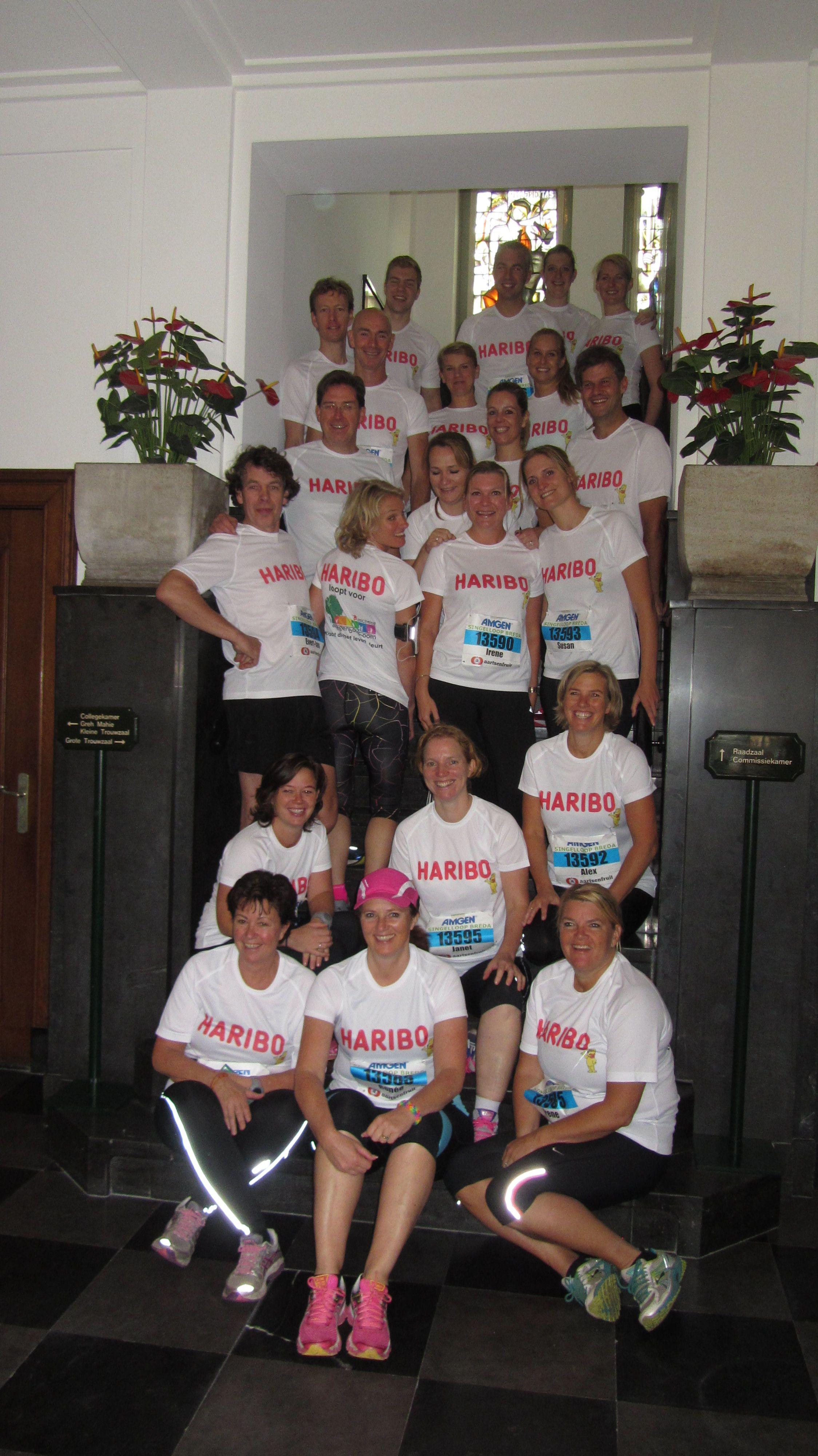 Regenboogboom renners op de trap in het stadhuis. Klaar voor de start!