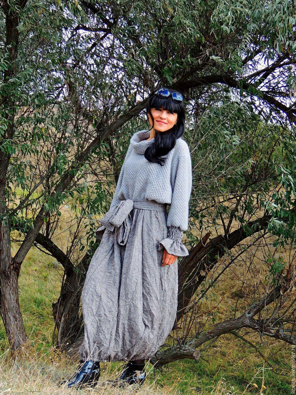Комфортное, уютное, теплое, универсальное зимнее БОХО платье. Верхняя часть платья связана из из высококачественной мохеровой пряжи, юбка - натуральная шерсть с мятым эффектом. Интересная фактура ткани прекрасно гармонирует с фактурным верхом. Объемный, свободный крой, мягкие, плавные линии и натуральные материалы - именно то, что позволит чувствовать себя очень комфортно в холодное время года.