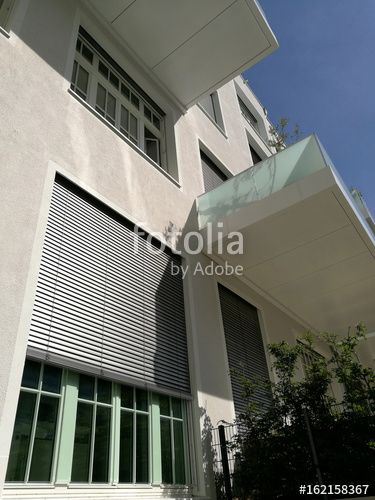Vorgarten vor einem großen Fenster mit Jalousie als Sonnenschutz - gebrauchte küchen bielefeld