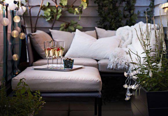 balkon ideen für balkon gestalten mit sitzecke und weißen kissen, Garten und erstellen