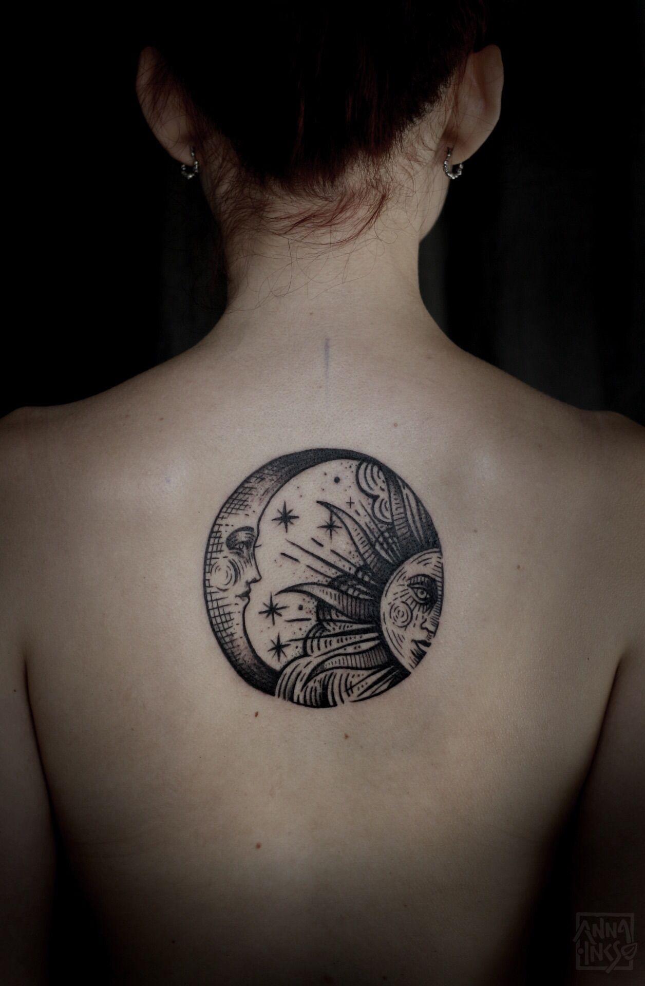 Si vous cherchez un design de tatouage symbolique et chargé de  significations profondes le tatouage lune et soleil est peut,être pour vous.