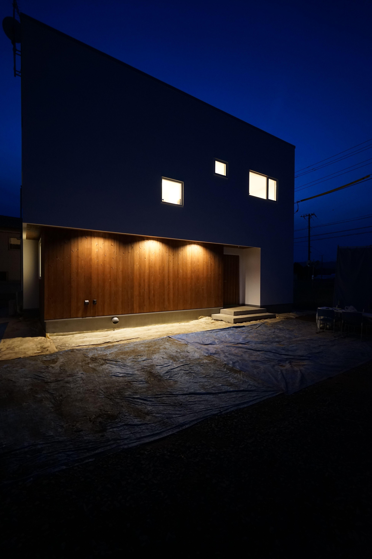 モリハウジング 杉板に写る照明の光がとっても綺麗です 照明計画で大事ですね 小さな小屋 家 外観 照明