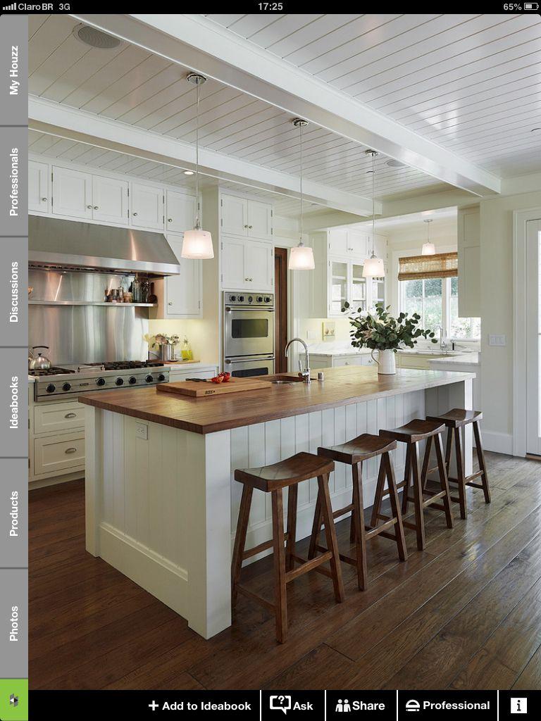 Ilha com tampo de madeira banquetas amei kitchen cozinhas