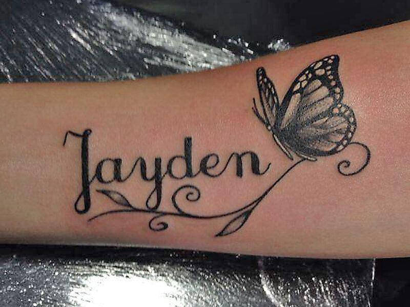 naam tatoeage met een vlinder rbij op de onderarm. Black Bedroom Furniture Sets. Home Design Ideas