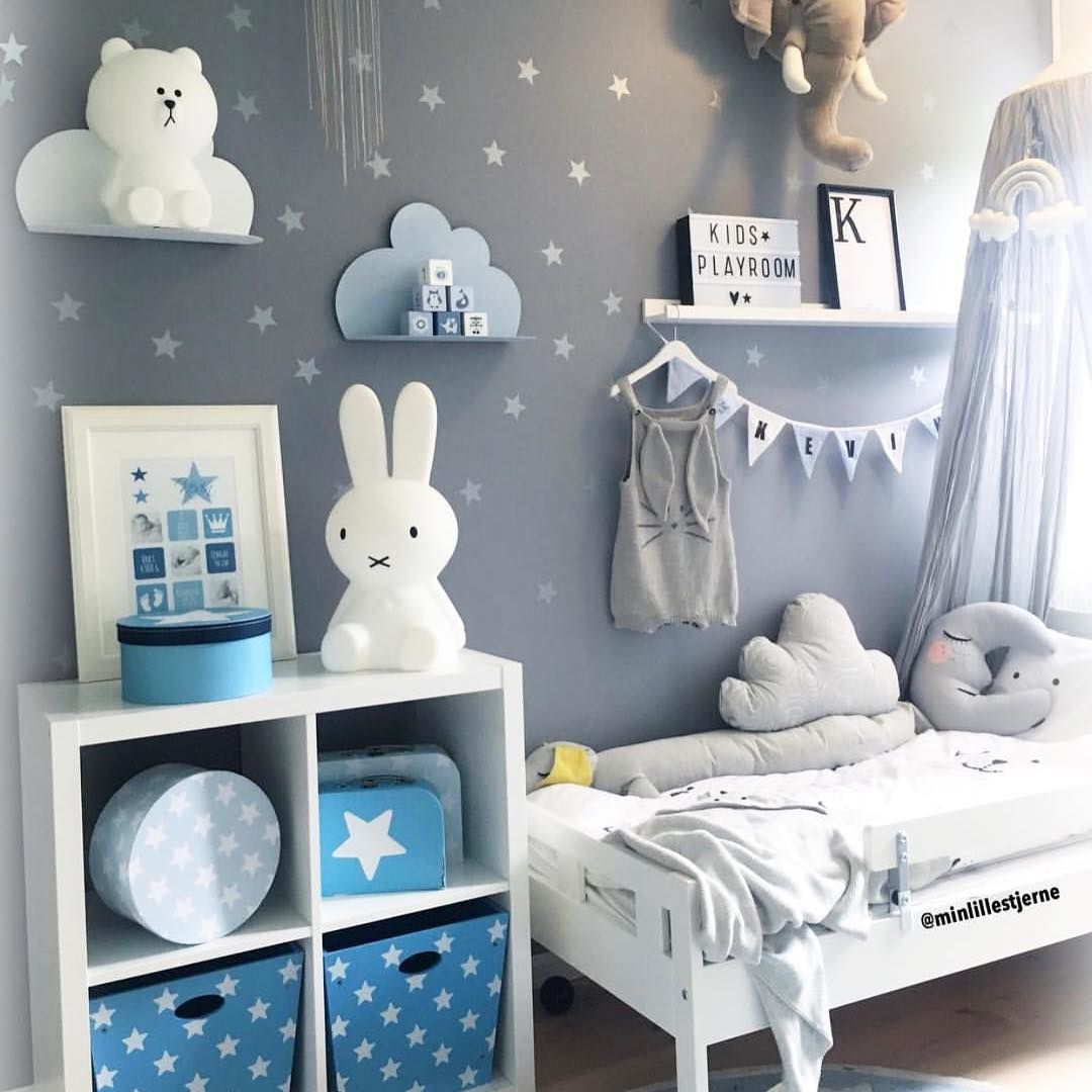 Blaues jungenzimmer mit sternen und wolkenregalen for Sternen lampe kinderzimmer