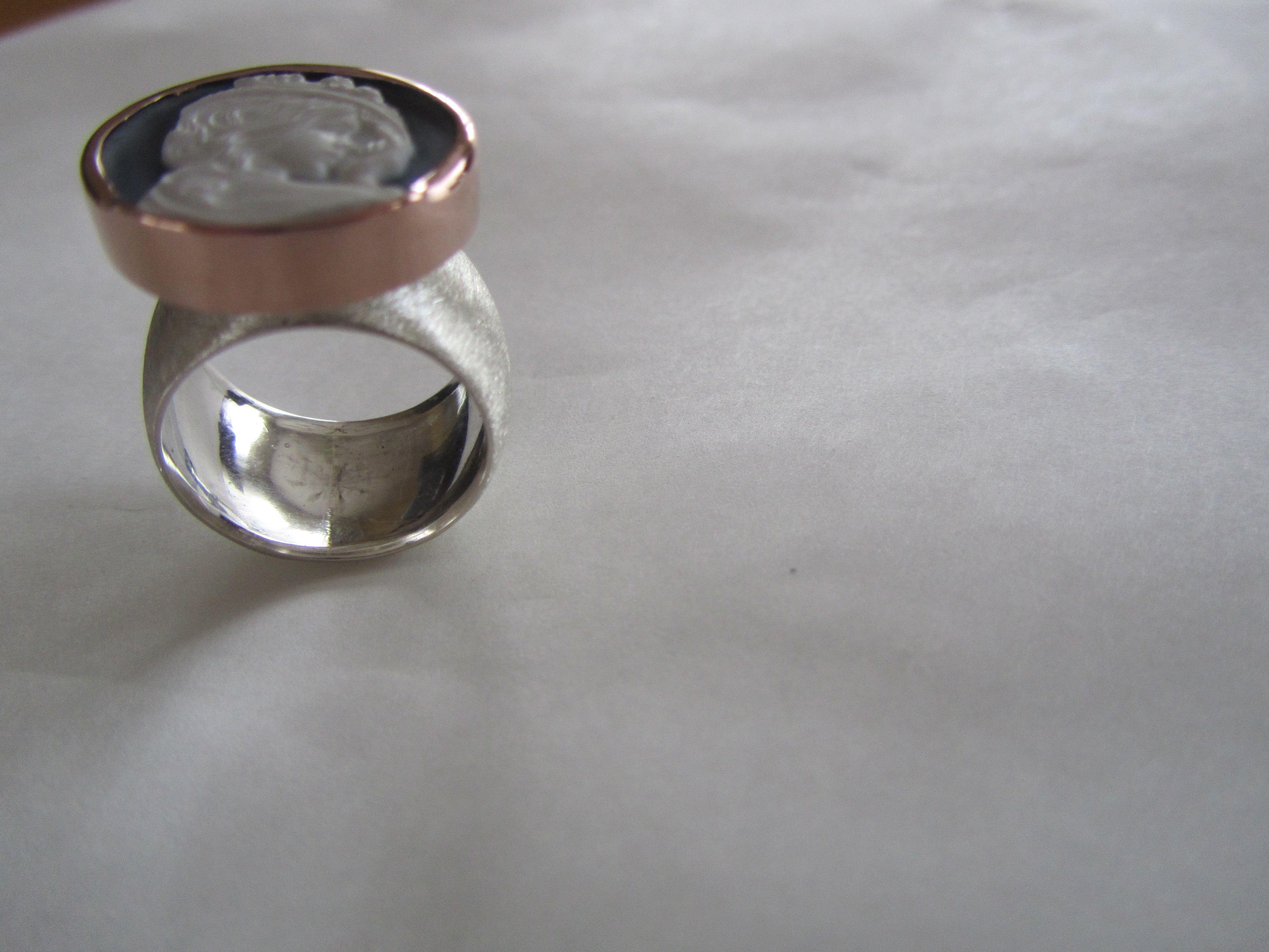 Zilveren gemateerde ring met roodgouden kast en camee. Silver ring with redgold setting and cameo.