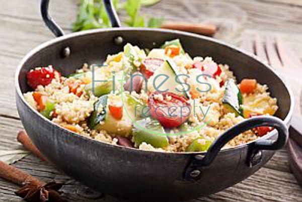 Potrebujeme (2 porcie): 200 g kuskusu 100 g zelenej cibuľky 100 g šalátovej uhorky ½ zelenej a červenej papriky 2 rajčiny 50 g vykôstkovaných olív petržlenová vňať niekoľko stebielok mäty 1 citrón 3 PL olivového oleja soľ a čierne korenie…