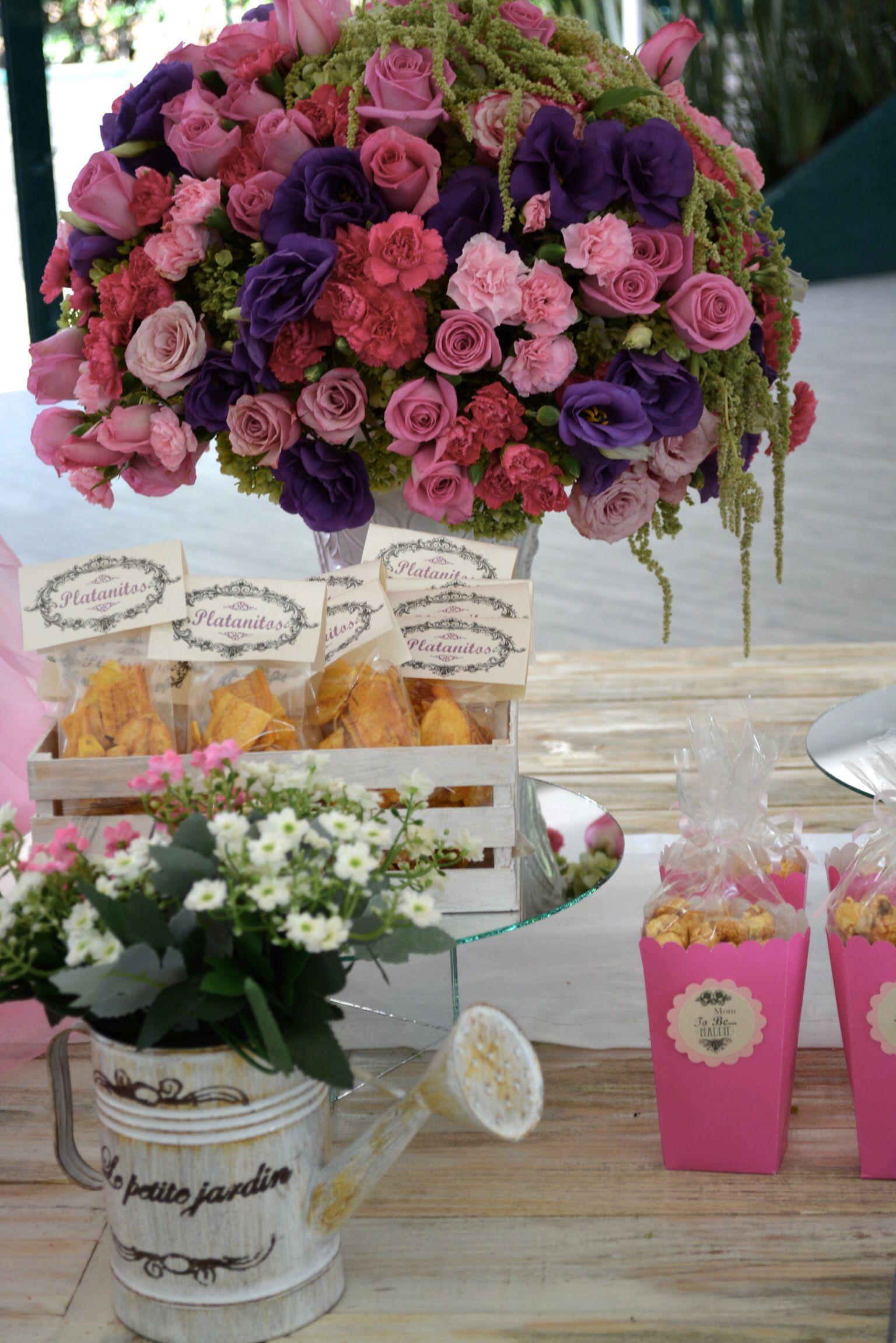 mesa de dulces para baby shower de nia estilo vintaje con arreglos de flores naturales