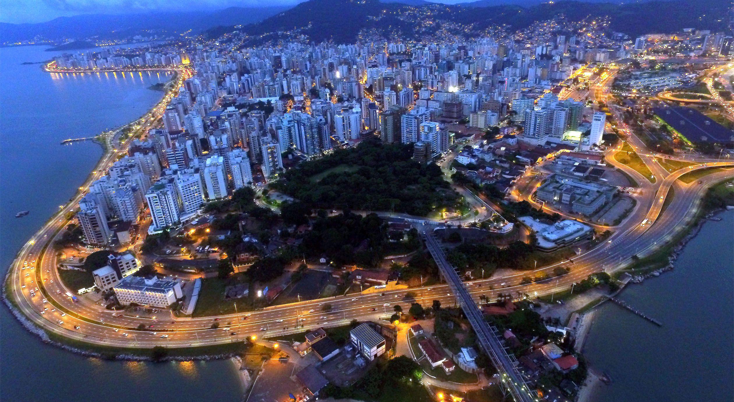 Vista aérea da cidade de Florianópolis em Santa Catarina - Captura da  imagem feita com drone. | Cidade, Fotos, 1