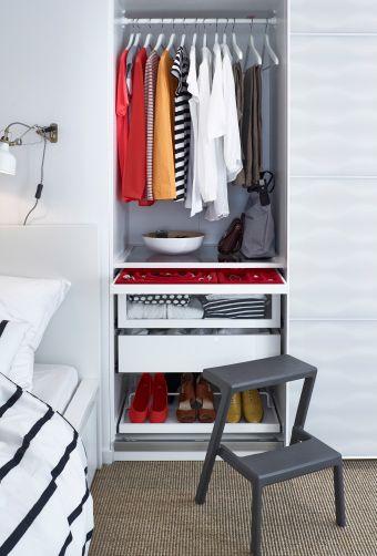 Fancy Links im IKEA Kleiderschrank Kleiderstange zwei tiefe Schubladen Schmuckeinsatz und Schuhregal davor