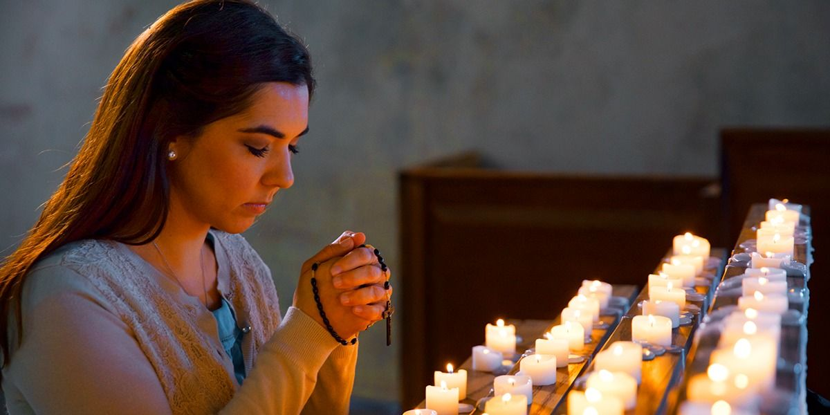 Resultado de imagen de mujer rezando rosario