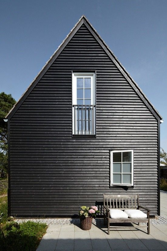 11 traditional houses gone to the dark side exterior pinterest belles cabanes maison. Black Bedroom Furniture Sets. Home Design Ideas