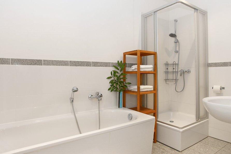 Modernes helles Badezimmer mit großer Badewanne und Dusche in - badezimmer badewanne dusche