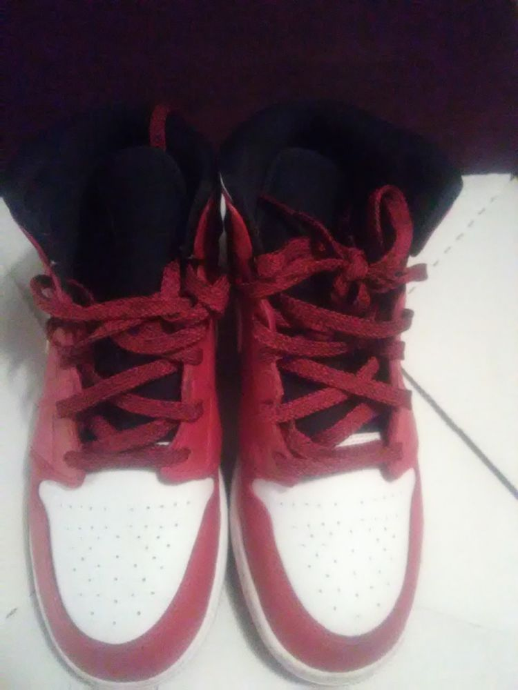 9626de4a1b13f4 Nike boys mid top air Jordan retro 1 red black   white size 5.5  fashion
