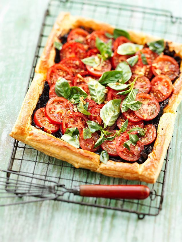 tomaat tartelette met rode ui en basilicum