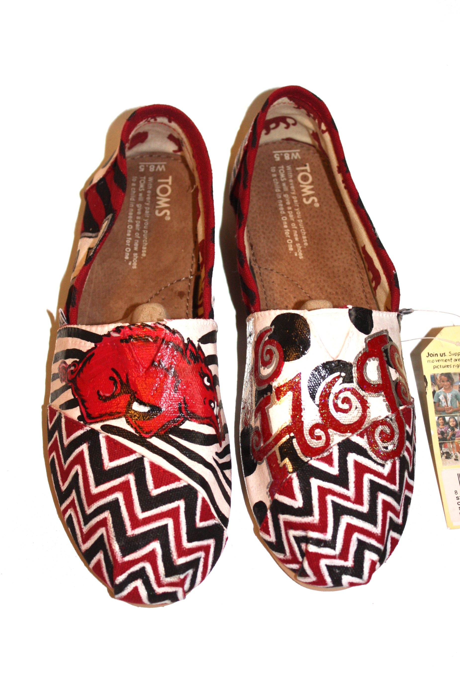 Razorback TOMS with CHEVRON!!!!  I really really really want these for Christmas. Someone please tell David!!!!