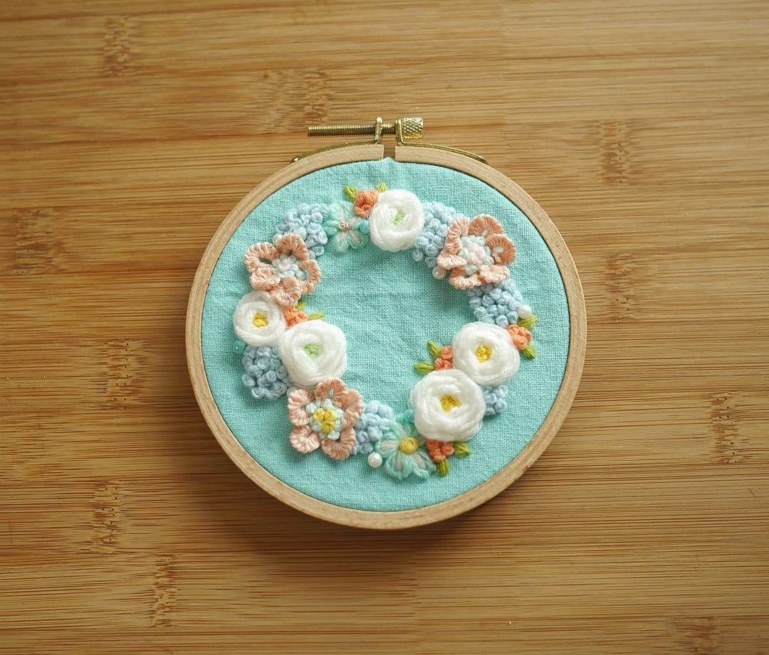 꽃자수리스 #꽃자수 #프랑스자수 #서양자수 #입체자수 #embroidery #woolstitch #수틀 #꽃 #자수타그램 #stitch#러블리 #flower #자수 #handmade #handembroidery#리스