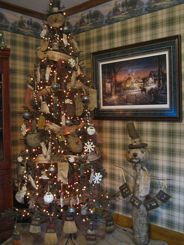 I Love This Primitive Christmas Tree Garland Of Drapery Tape I Think Check Out The Primitive Christmas Tree Primitive Country Christmas Primitive Christmas