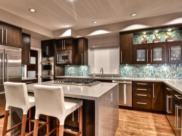 offene Küche mit geometrischen Mosaikfliesen in vielen Farben - küche farben ideen