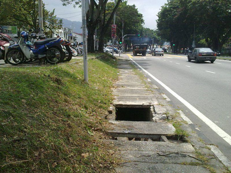 Huge hole at Jalan Masjid Negeri, Penang.. reported to MPPP, late Jul 2012