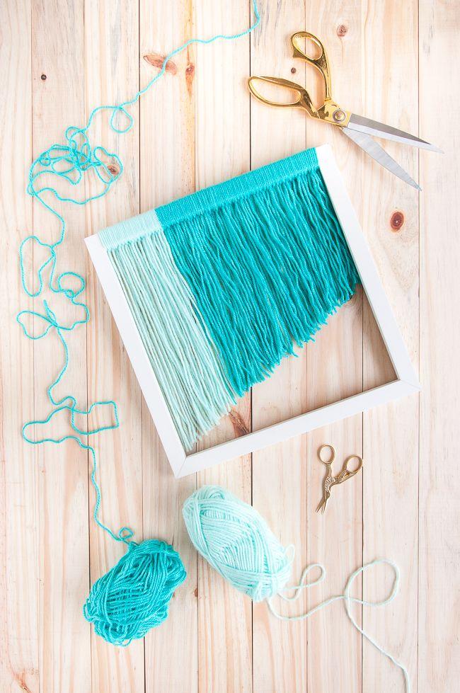 Aprenda em apenas 3 passos a fazer um quadro boho de franja, com fios de lã, pra decorar a parede da sua casa. Uma daquelas ideias bonitas e bem baratas!