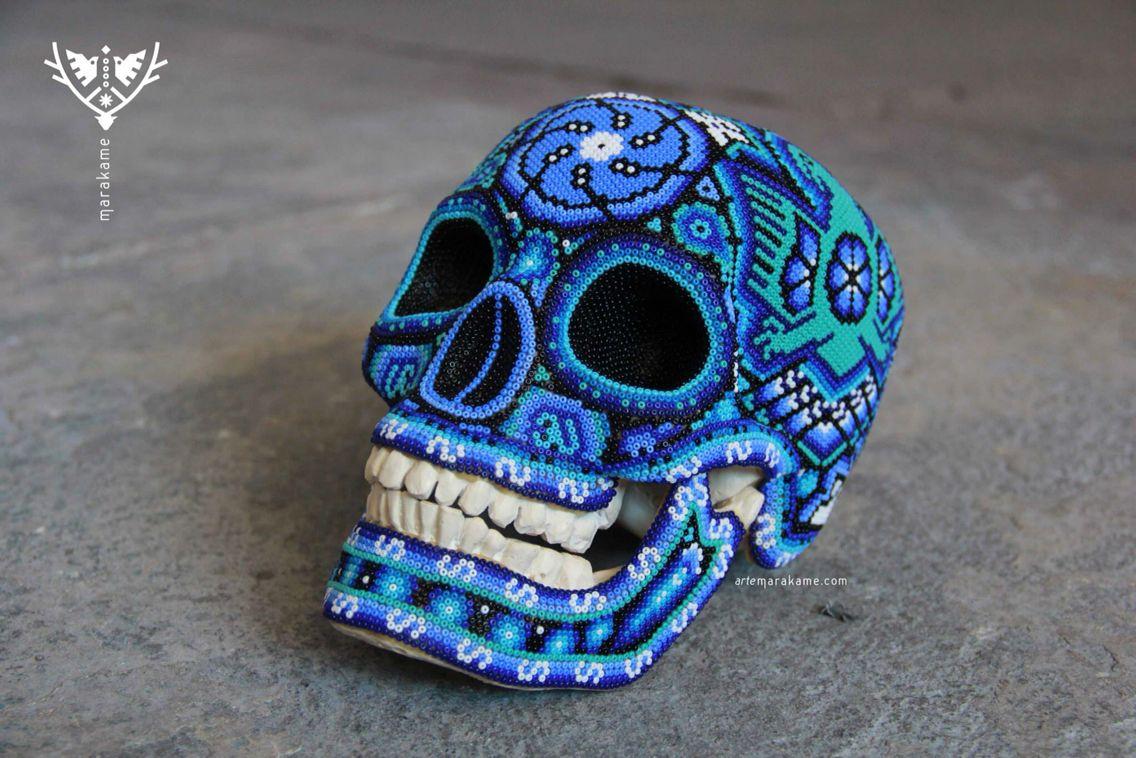 Titulo: Tatei Kaxiwari II  Técnica: Chaquira de cristal sobre cera de abeja, sobre réplica de cráneo en resina   hola@artemarkame.com