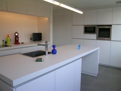 Keuken in witte structuurlak met een werkblad in witte laminaat