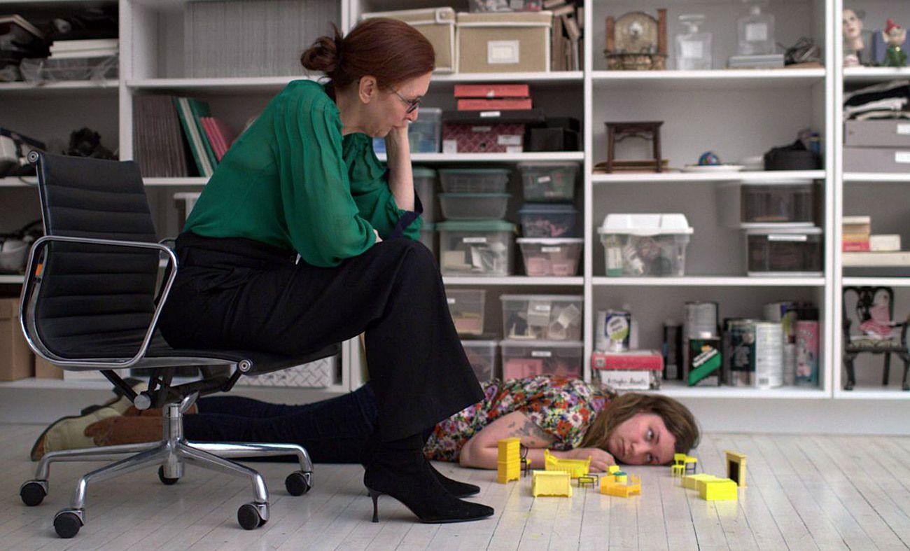 L'attrice/sceneggiatrice/regista Lena Dunham e sua madre, la fotografa Laurie Simmons, in una scena di Tiny Furniture (2010).