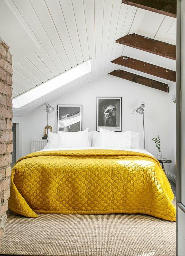 piccola mansarda adibita a camera da letto con muro con mattoni a ...