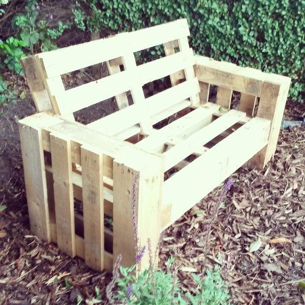Un Simple Banc En Palette De Le Jardin. Outils Scie Ponceuse