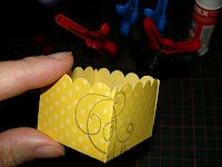 Great picture tutorial on making the deep lid with scallop edge for little gift boxes.