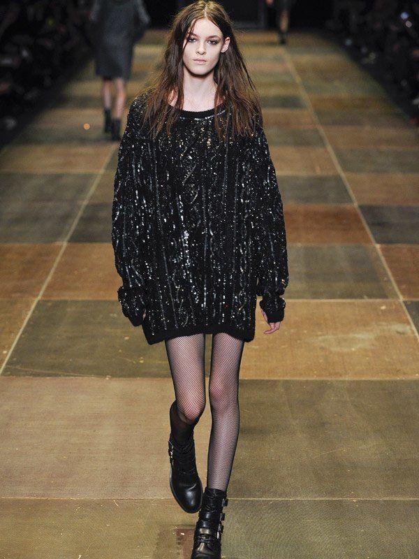 XXL-Pullover und gelangweilte Miene: ein weiterer Grunge-Look von Saint Laurent.Models stinksauer!