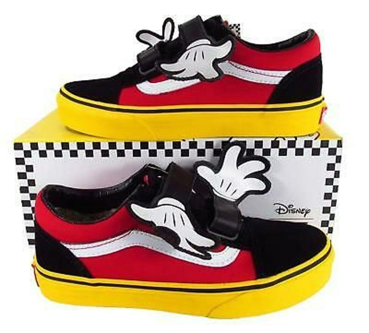 Old Skool V Mickey Mouse hugs Vans. Sz