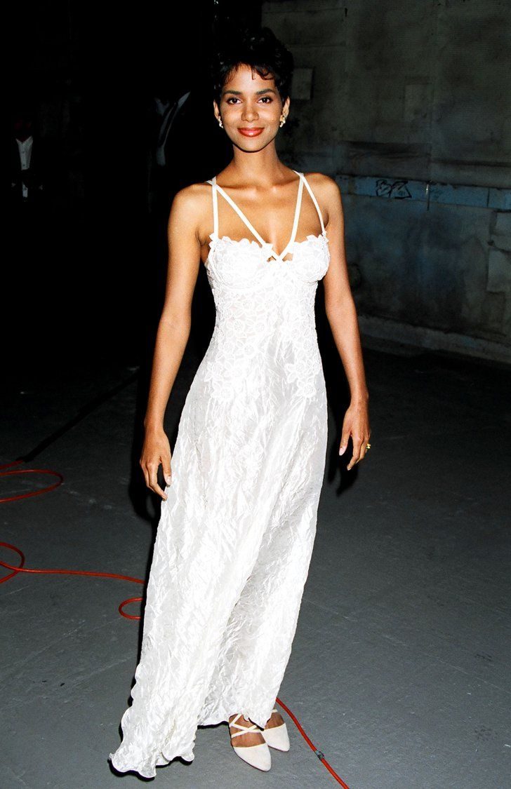 Pin for Later: #TBT: Remember When These Looks Walked the MTV Movie Awards Carpet? Halle Berry