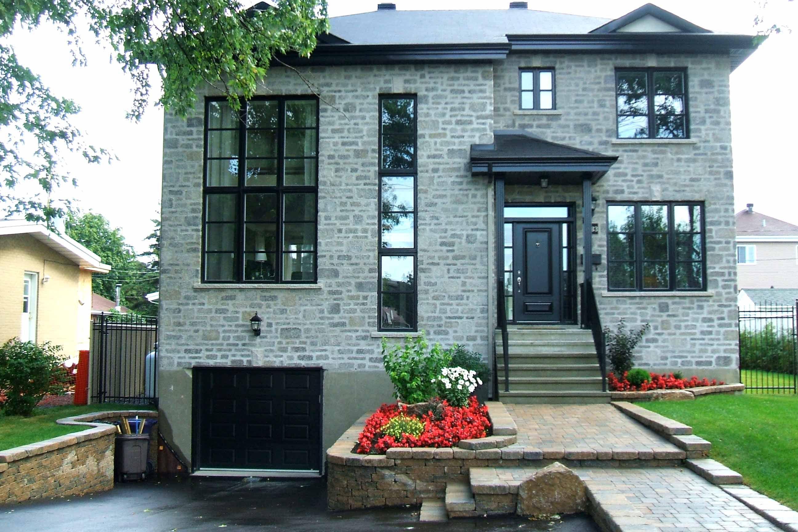 Magnifique façade d\'une maison rénovée: un décor ...
