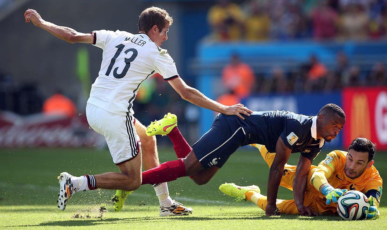 VOY YO. El arquero de Francia Hugo Lloris controla la pelota delante del defensor Patrice Evra y el delantero aleman Thomas Mueller durante el partido de cuartos de final. (TELAM/Juan Roleri)