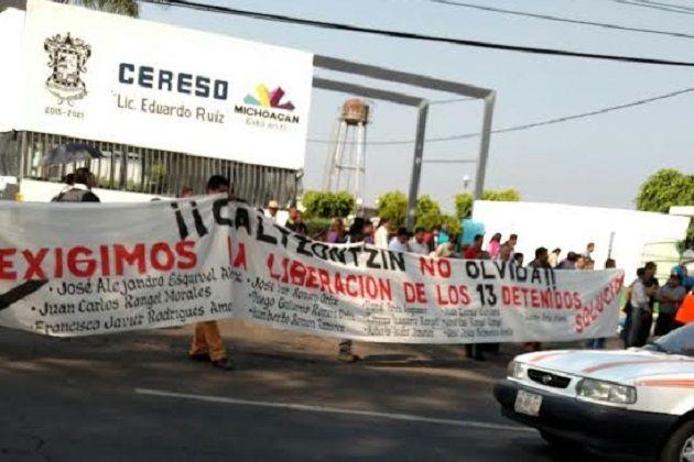 """Los manifestantes exigen la liberación de los 13 detenidos tras enfrentar a la Policía Michoacán el pasado 24 de febrero; aseguran que se trata de """"presos políticos"""" – Uruapan, Michoacán, ..."""